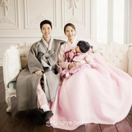 韓国女優チョ・ユンヒが、夫で俳優のイ・ドンゴンと娘ロアちゃんと一緒に撮った家族写真を公開した。(提供:OSEN)