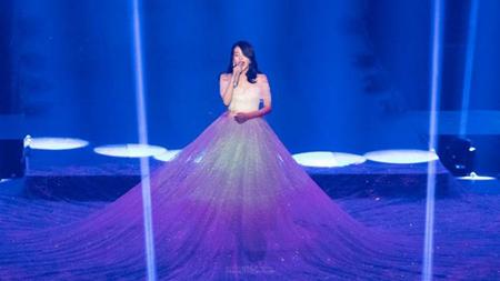 かつて、日本歌謡界で見る者の目を楽しませてくれたのが、歌手小林幸子の豪華絢爛なステージ衣装…そんな彼女を彷彿させる女性歌手が韓国にもいた。(写真提供:OSEN)