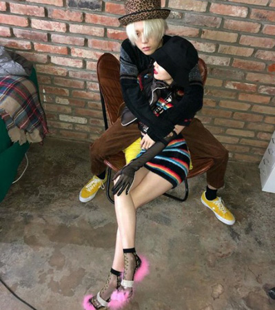 """""""公認カップル""""韓国歌手ヒョナと、ボーイズグループ「PENTAGON」元メンバーのイドンのラブラブな姿が新たに公開された。(写真提供:OSEN)"""