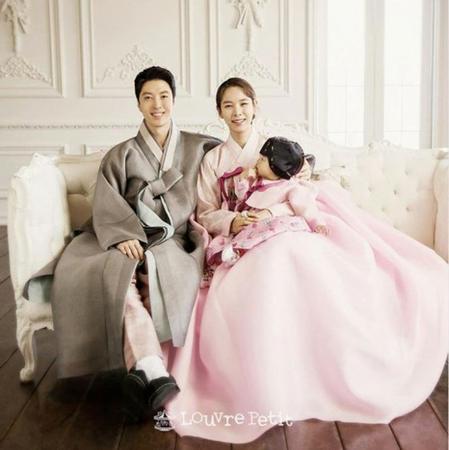 韓国俳優イ・ドンゴン&女優チョ・ユニ夫婦と愛娘ロアちゃんの家族写真が公開された。(写真提供:OSEN)