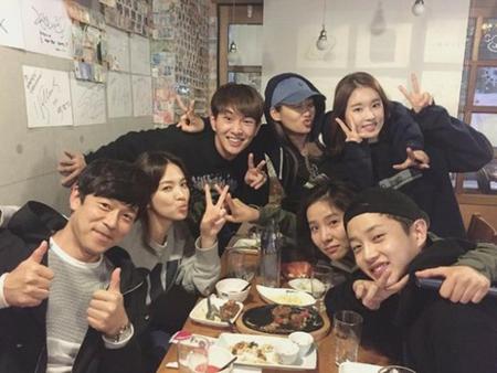 韓国俳優キム・ミンソクと、ボーイズグループ「SHINee」のオンユが、12月10日に軍入隊することになり、ドラマ「太陽の末裔」で共演した2人が同じ日に揃って入隊すると関心を集めている。(写真提供:OSEN)