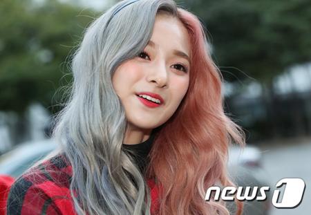 韓国ガールズグループ「fromis_9」メンバーのイ・ナギョンのヘアスタイルが話題となっている。(写真提供:news1)