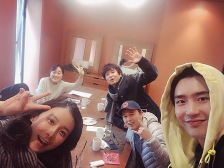 韓国俳優イ・ジョンソクが、女優イ・ボヨンらドラマ「君の声が聞こえる」の仲間との近況写真を公開した。(提供:OSEN)
