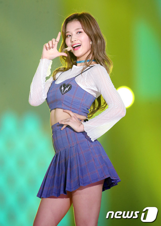 """韓国ガールズグループ「TWICE」の日本人メンバー、サナはキュートなビジュアルに加え、""""健康美人""""であることにも注目が集まっている。(写真提供:news1)"""