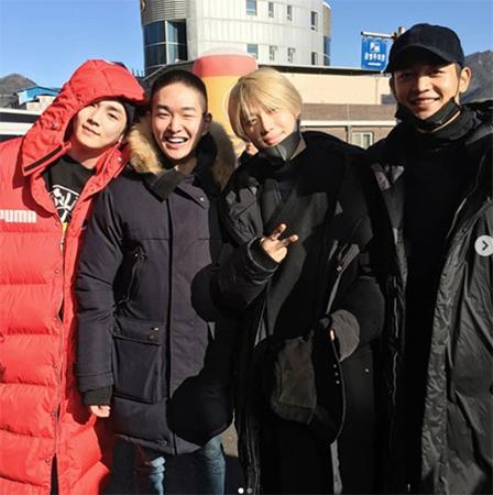 「SHINee」オンユ、メンバーに見送られながら笑顔で入隊(SHINee公式SNSより)