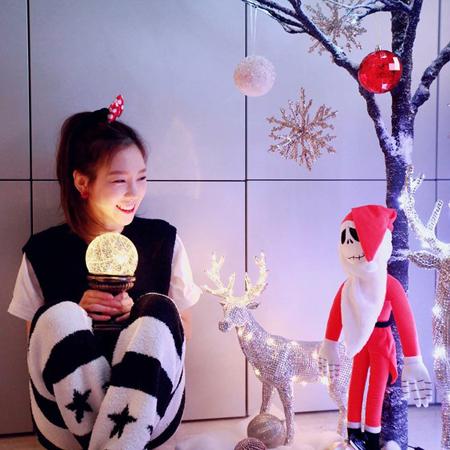 韓国ガールズグループ「少女時代」メンバーのテヨンが、自宅でクリスマスを迎える準備をする様子を公開した。(写真提供:OSEN)