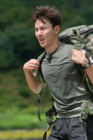 「MONSTA X」ショヌ、白骨部隊で地獄の訓練に挑戦…20キロの軍装品を背負い走る=真の男(提供:OSEN)