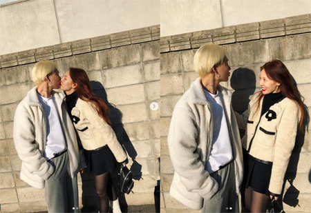 """ヒョナ&イドン、今度は揃って""""キス写真""""を公開…アイドル現役中にはありえなかった光景(イドンのInstagramより)"""