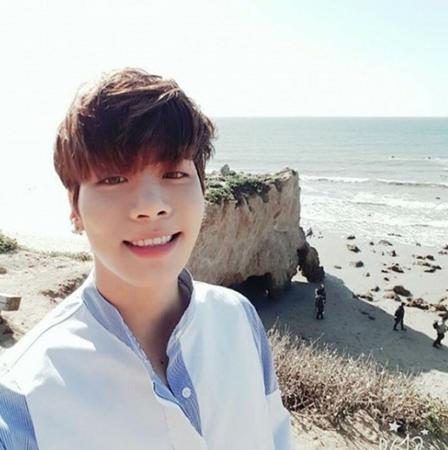 韓国ガールズグループ「少女時代」メンバーのテヨンが18日、自身のSNSに「隣にいるよ 愛してる」というメッセージと共に、1枚の写真を掲載した。(写真提供:OSEN)