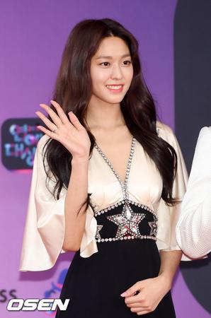 韓国ガールズグループ「AOA」メンバーのソリョンが、1億ウォン(約1000万円)を寄付し、「Honor Society」の会員になった。(提供:OSEN)