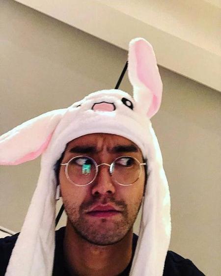"""チェ・シウォン(SJ)、ワイルドな顔に流行りの""""うさぎ耳""""で「メリークリスマス」(画像:OSEN)"""