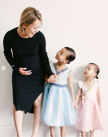 韓国ガールズグループ「Wonder Girls」元メンバーのソネが、2人の愛娘と一緒に撮影した臨月写真を公開した。(写真提供:OSEN)