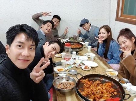韓国ボーイズグループ「EXO」メンバーのSEHUNから、人気タレントのユ・ジェソク、女優パク・ミニョンまでが参加した会食の様子が公開された。(写真提供:OSEN)