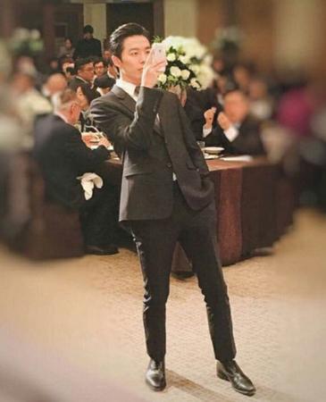 実のお兄さんの結婚式に参列し、モデルのような装いを見せた俳優が話題になっている。(写真提供:OSEN)