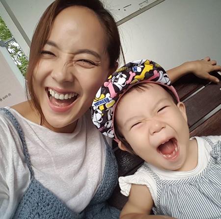韓国女優ユジンと俳優キ・テヨン夫婦の愛娘ロヒちゃんの近況が公開され、話題を呼んでいる。(写真提供:OSEN)