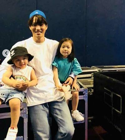 韓国ボーイズグループ「EXO」メンバーのKAIが、甥っ子と姪っ子を可愛がる姿で注目を浴びている。(写真提供:OSEN)