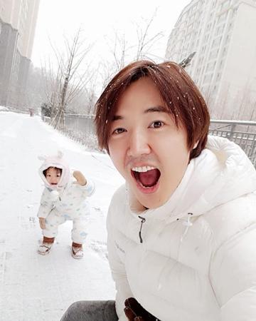 とっても可愛らしい姿で人々の心を癒している女の子がいる。それは、韓国俳優ユン・サンヒョン&歌手Maybee夫婦の長女、ナギョムちゃんだ。(写真提供:OSEN)