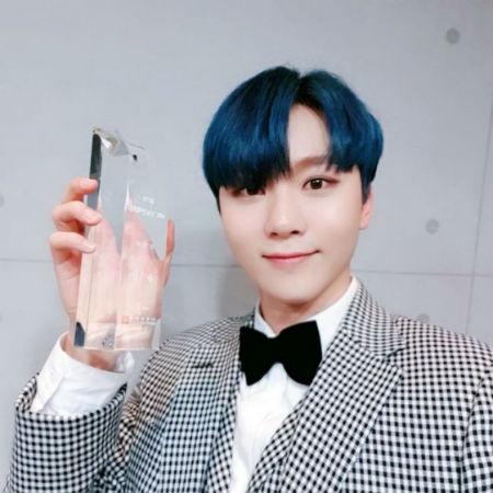 「SEVENTEEN」スングァンが29日、MBC公開ホールで開催された「2018 MBC芸能大賞」でミュージック・トーク部門の男性新人賞を受賞した。(提供:OSEN)