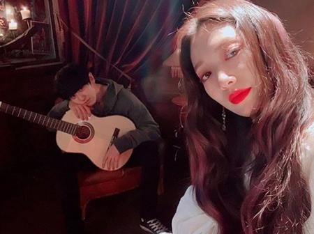 韓国女優パク・シネが、ドラマ「アルハンブラ宮殿の思い出」で共演のCHANYEOL(EXO)との写真を公開した。(提供:OSEN)