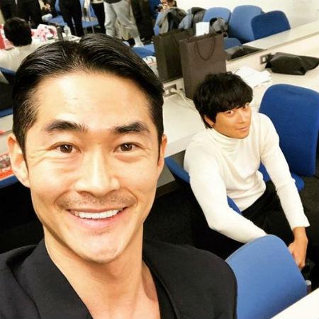 ペ・ジョンナムが、日本で映画「ゴールデンスランバー」のプロモーションを行ったカン・ドンウォンとの写真を公開した。(提供:OSEN)