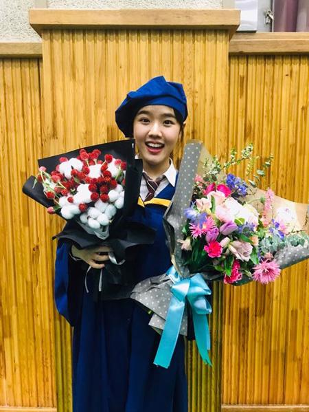 子役出身キム・ヒャンギ、高校の卒業式写真が話題(提供:OSEN)