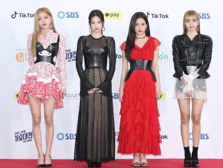 韓国ガールズグループ「BLACKPINK」が「2018 SBS歌謡大祭典」で着た衣装が話題になっている。(写真提供:OSEN)