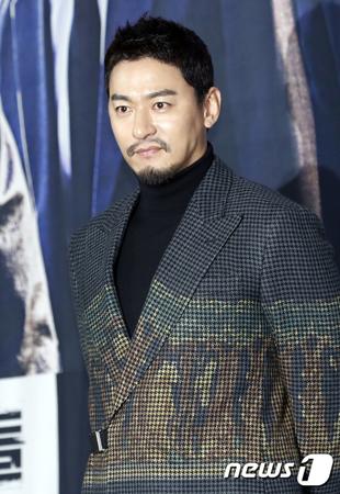 韓国俳優チュ・ジンモが、10歳下の美人医師と交際していることを明らかにした。(提供:news1)