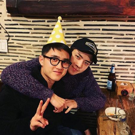 韓国ボーイズグループ「EXO」メンバーのSUHOとSEHUNが、D.O.の誕生日を祝った。(提供:OSEN)