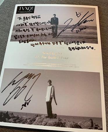 韓国歌手ユン・ジョンシンが、「東方神起」メンバーのユンホからプレゼントされたサイン入りアルバムの写真をSNSで公開した。(写真提供:OSEN)