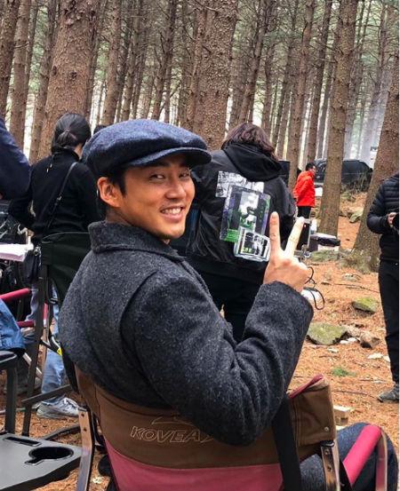 俳優ユン・ゲサンが映画「言葉集め」100万人突破記念ショットを公開した。(提供:OSEN)