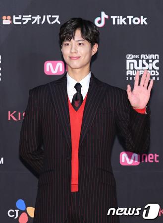 """韓国俳優パク・ボゴムの公式""""応援棒""""が完成し、話題になっている。(写真提供:news1)"""