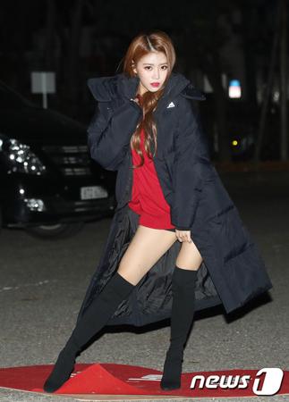 韓国ガールズグループ「LOVELYZ」メンバーのミジュが、他のアイドルグループのメンバーに嫉妬する様子を見せたと話題を呼んでいる。(写真提供:news1)