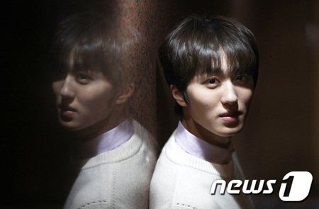 韓国ボーイズグループ「SF9」メンバーのチャニが、JTBCドラマ「SKYキャッスル」で、イェソ(キム・ヘユン)とヘナ(キム・ボラ)と三角関係になるウジュを演じた。(提供:news1)