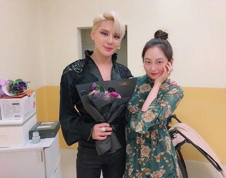 韓国ガールズグループ「MOMOLAND」メンバーのテハが、いとこで歌手のジュンス(JYJ)と共に撮った写真を公開して話題になっている。(写真提供:OSEN)