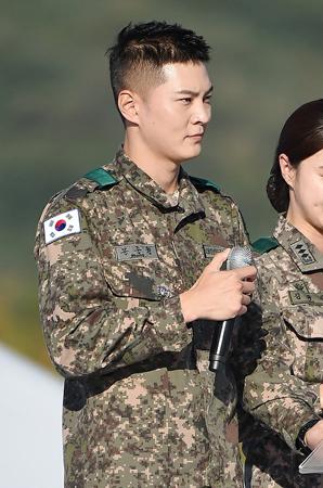 韓国俳優チュウォンが、予定された日よりも早く家族やファンのそばに戻ってくることになった。(写真提供:OSEN)