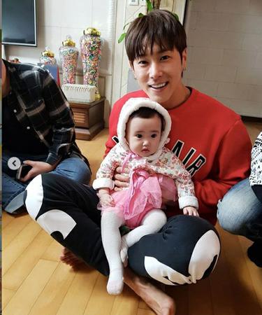韓国ボーイズグループ「東方神起」メンバーのユンホが姪っ子のウンチェちゃんと一緒に楽しい誕生日を過ごした様子が公開された。