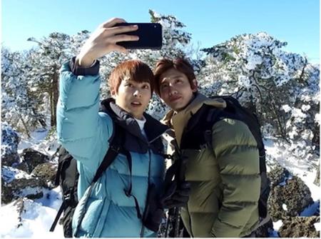 韓国ボーイズグループ「東方神起」のチャンミンと「EXO」のXIUMINが、雪山登山に挑戦した。(写真提供:OSEN)