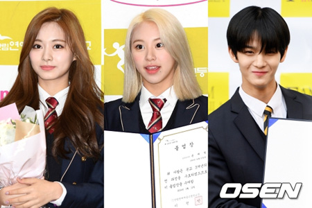 ツウィ・チェヨン(TWICE)、ペ・ジニョン(元Wanna One)らアイドルが高校卒業式に出席