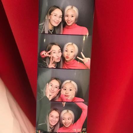 韓国ガールズグループ「TWICE」メンバーのチェヨンが、お母さんとの楽しいひとときを過ごした。(写真提供:OSEN)