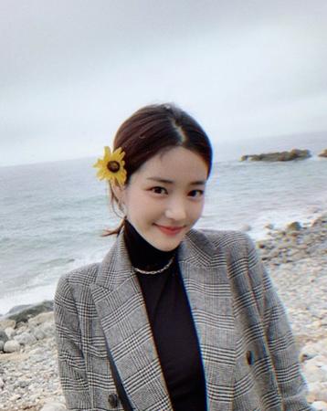 日本でも人気を博した韓国ドラマ「宮廷女官チャングムの誓い」でチェ尚宮を演じた女優キョン・ミリの娘で女優のイ・ユビが、春のはじまりを満喫している写真を公開して話題になっている。(写真提供:OSEN)