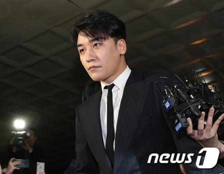 韓国歌手V.I(BIGBANG、28)とチョン・ジュンヨン(30)ら男性芸能人のカカオトークのグループトークルームに「警察総長が面倒見てくれる」とみられる会話があることが確認された。(提供:news1)