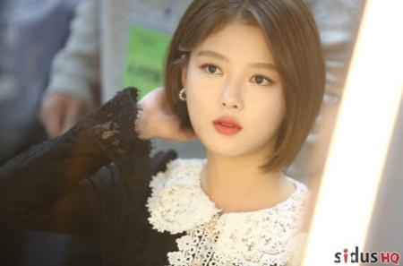 韓国女優キム・ユジョンが長年に渡って維持してきたロングヘアーをばっさり切り、愛らしいボブスタイルを公開したことで話題を呼んでいる。(写真提供:OSEN)