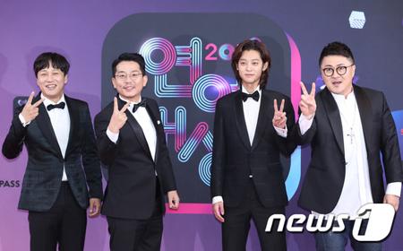 韓国歌手チョン・ジュンヨン(右から2番目)が性行為盗撮などで物議を醸している中、出演していたKBSのバラエティ番組「1泊2日」が当分の間、放送と制作を中止すると発表した。(提供:news1)