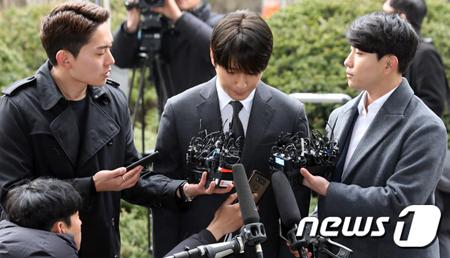 韓国歌手チョン・ジュンヨン(30)、V.I(元BIGBANG、28)と共にカカオトークのグループトークルームで盗撮動画を共有した容疑のチェ・ジョンフン(元FTISLAND、29)が16日、警察に出頭した。(提供:news1)