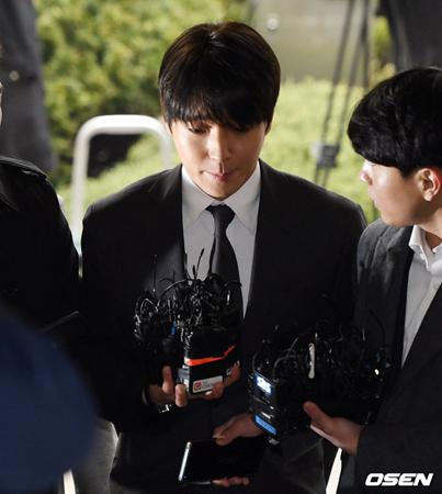 韓国歌手チェ・ジョンフン(元FTISLAND、29)が、盗撮動画の撮影および流布した容疑の被疑者として16日、警察に出頭した。(提供:OSEN)