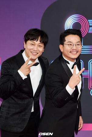 韓国俳優チャ・テヒョンとコメディアンのキム・ジュノ(43)の賭博疑惑について、二人がレギュラー出演しているバラエティ番組「1泊2日」制作陣は事実関係を確認している。(提供:OSEN)