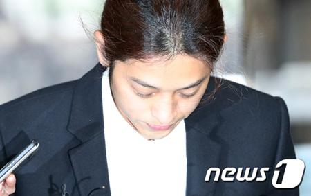 性行為の盗撮をして常習的に流布した容疑で立件された韓国歌手チョン・ジュンヨン(30)が21日、拘束前被疑者尋問(令状実質審査)のためソウル中央裁判所に出頭した。(提供:news1)