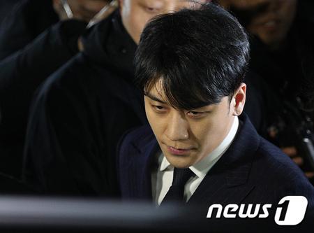 韓国歌手V.I(元BIGBANG、28)とユリホールディングスの元代表ユ・インソクがクラブバーMONKEY MUSEUMの違法運営に対して警察の調べを受ける。(提供:news1)