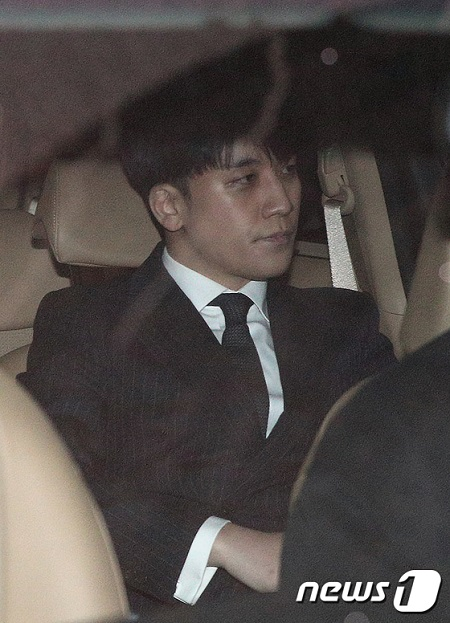 韓国歌手V.I(元BIGBANG、本名:イ・スンヒョン)とユリホールディングス代表ユ某氏(34)がクラブバー「MONKEY MUSEUM」の違法運営に対して追加で警察の取り調べを受けて帰宅した。