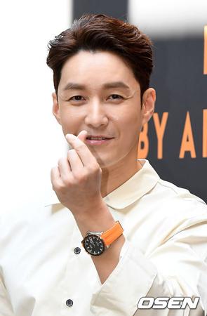 """""""ドラえもんマニア""""として有名な韓国俳優シム・ヒョンタクが、出演してきたラジオ番組の最後の出演で涙を流した。(提供:OSEN)"""